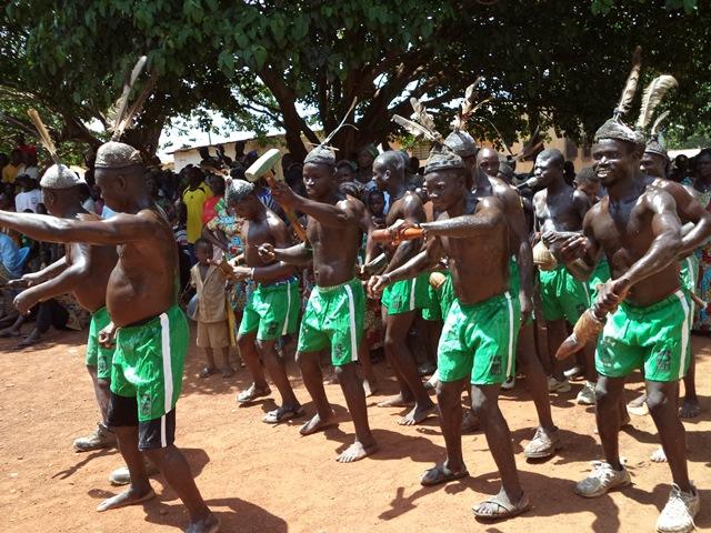 Sortie en scène du groupe folklorique Evala de Kaniamboua